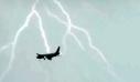 Κεραυνός χτυπά αεροσκάφος στον αέρα [vid]