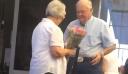 Ηλικιωμένος περιμένει με λουλούδια τη σύζυγό του στο αεροδρόμιο και γίνεται viral [βίντεο]