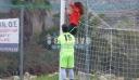 Γυναίκα διαιτητής κρεμάστηκε στα γκολπόστ για να φτιάξει τα δίχτυα!