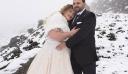 Γαμπρός και νύφη φωτογραφήθηκαν στα χιονισμένα Ανώγεια [φωτο]