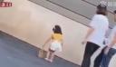 Μητέρα κλώτσησε την τρίχρονη κόρη της επειδή δεν έκανε καλή πασαρέλα [βίντεο]