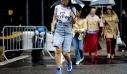 Οδηγός (stylish) επιβίωσης: Τι να φορέσεις όταν βρέχει το καλοκαίρι