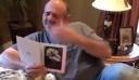 Η συγκινητική αντίδραση ενός άντρα όταν μαθαίνει πως η οικογένειά του υιοθέτησε κουτάβι [βίντεο]