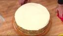 Παίρνει ένα μπολ και το βάζει πάνω στην τούρτα, λίγο πριν αρχίσει να την κόβει. Το αποτέλεσμα; Θα σας ξετρελάνει!