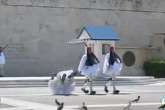 Στρατιωτικά τελετουργικά για γέλια (βίντεο)