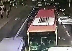Βίντεο που κόβει την ανάσα – Λεωφορείο παρέσυρε 9 αυτοκίνητα, όταν ο οδηγός του έχασε τις αισθήσεις του