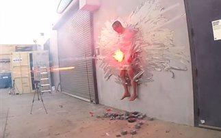 Τον κόλλησαν στον τοίχο και του έριξαν πυροτεχνήματα