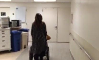 Robbie Williams – Έκατσε σε καροτσάκι κατά την έξοδο της συζύγου του από το μαιευτήριο [βίντεο]