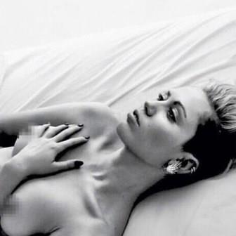Η Miley Cyrus γuμνόστηθη στο κρεβάτι