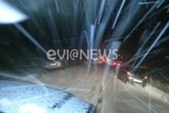 Βατώντας – Αυτοκίνητα κόλλησαν στον δρόμο [pics]