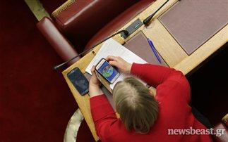 Παιχνίδια στο κινητό παίζει η Ζαρούλια την ώρα της ομιλίας Τσίπρα
