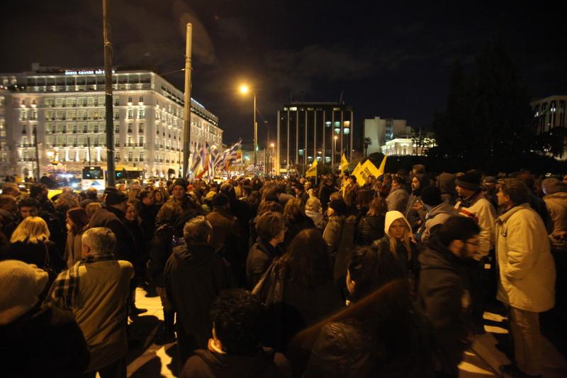 Την ώρα που οι Ευρωπαίοι μας εκβιάζουν οι Έλληνες φωνάζουν δεν υποχωρούμε στο Σύνταγμα (pics)