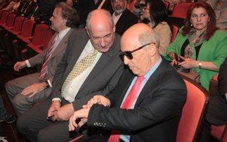 Με μαύρα γυαλιά ο Σημίτης στην ομιλία του Κρούγκμαν