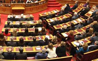 Έως τα μεσάνυχτα η ψήφιση του πολυνομοσχεδίου στη Βουλή, για να κλείσει η συμφωνία – Δείτε τα μέτρα που περιλαμβάνει