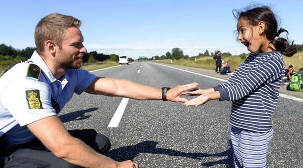 Συγκινητικό!! Δανός αστυνομικός παίζει με προσφυγόπουλο (Pics)