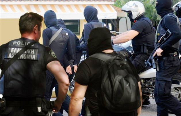 Ο υπαρχηγός του Μαζιώτη, Γιώργος Πετρακάκος κατηγορείται για χρηματοδότηση του Επαναστατικού Αγώνα, για την απαγωγή του βιομήχανου Μυλωνά, αλλά και για ληστείες τραπεζών