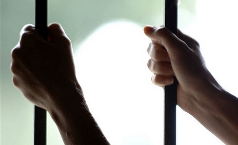 Σοκ!! Κρατούσε σε κελί επί 6 χρόνια τη σύζυγο και το παιδί του