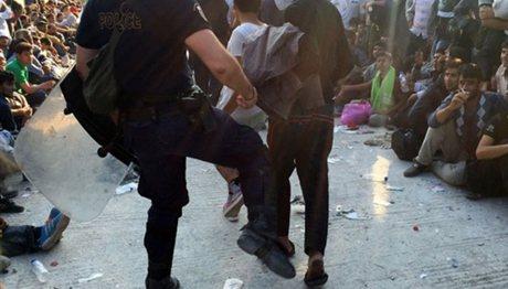 Έρευνα για τον αστυνομικό που κλώτσησε πρόσφυγα στη Λέσβο