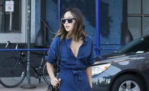 Μια από τις διασημότερες bloggers μας δείχνει πώς να φορέσουμε το denim dress!