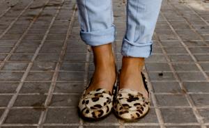 Δεν αντέχεις τα ψηλοτάκουνα; Πως θα δείχνεις glamorous, φορώντας φλατ παπούτσια…