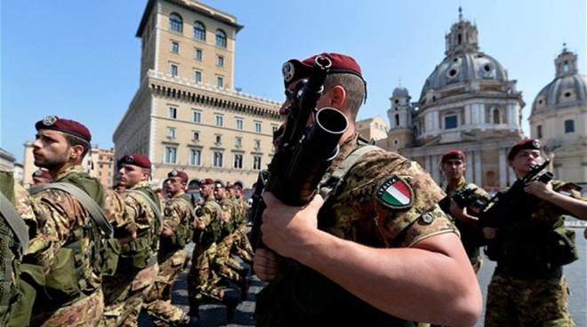 Ιταλός ΥΠΕΣ: Φοβόμαστε για τρομοκράτες ανάμεσα στους 140.000 μετανάστες που ήρθαν από τη Λιβύη