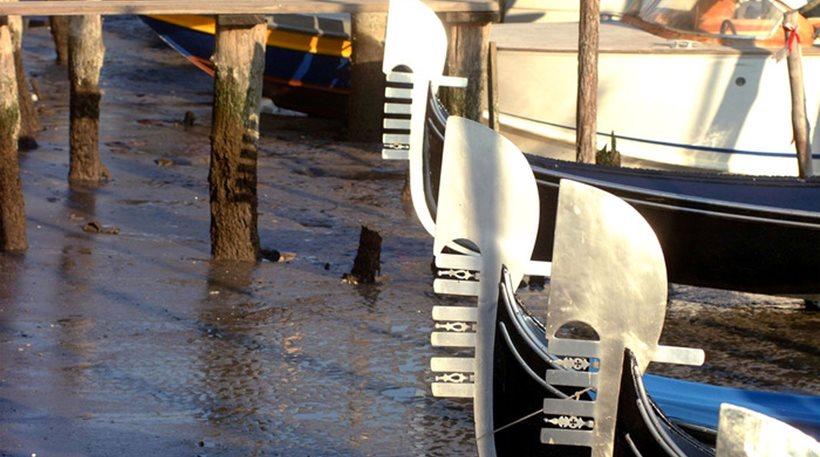 Βενετία: Τα νερά έχουν υποχωρήσει τόσο, που δυσκολεύονται να κινηθούν οι γόνδολες!