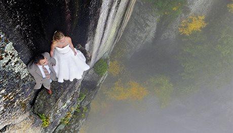 Φωτογράφος απαθανατίζει νιόπαντρους σε 100 μέτρα ύψος! (photos)