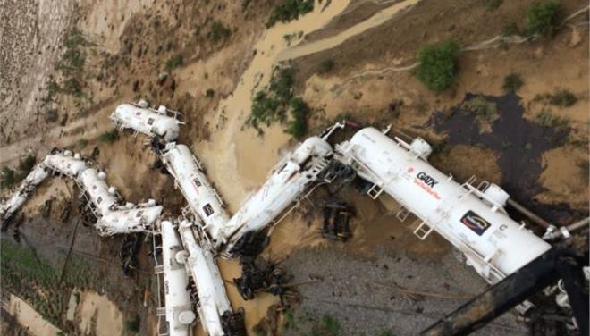 Εκτροχιάστηκε τρένο που μετέφερε 200.000 λίτρα θειικού οξέος