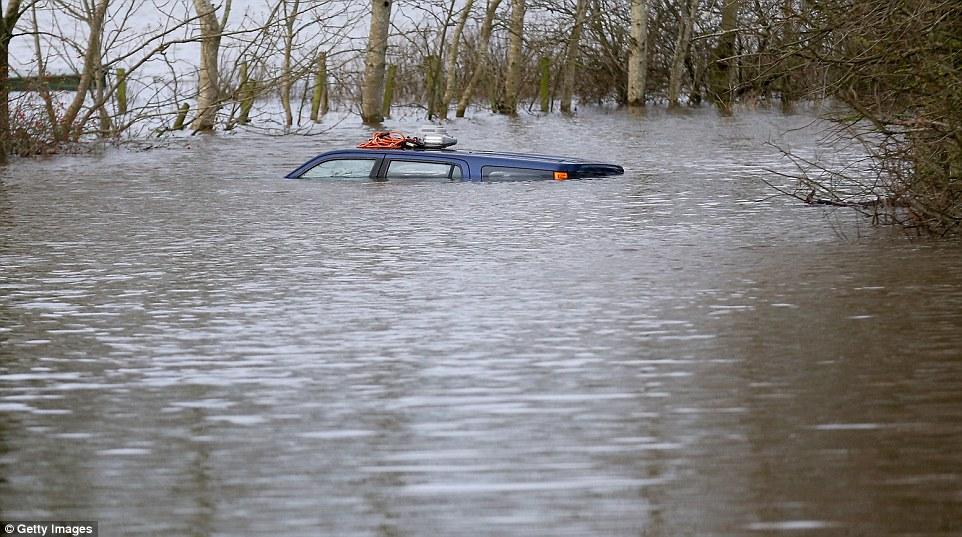 Στο έλεος των πλημμυρών η Αγγλία (video-φωτο)