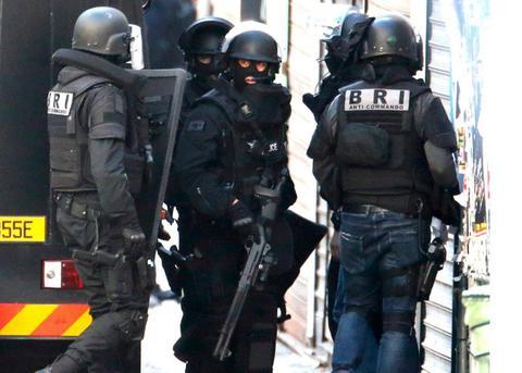 Kαλάσνικοφ, πυρομαχικά και προπαγανδιστικό υλικό του Ισλαμικού Κράτους σε τέμενος στο Παρίσι