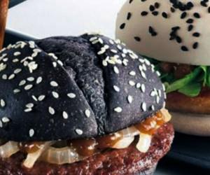 Το περίφημο μαύρο burger ήρθε και στην Αθήνα! Σε ποιο εστιατόριο θα το δοκιμάσεις;