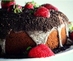 Πεντανόστιμο κέικ φράουλα με γλάσο σοκολάτας…!