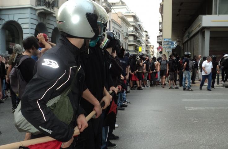 Πάτρα: Μπλόκο αντιεξουσιαστών στα γραφεία της Χρυσής Αυγής