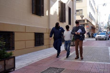 Πάτρα: Αναβολή για να απολογηθεί έλαβε ο 30χρονος Ρουμάνος που επιτέθηκε με τσεκούρι σε γιαγιά και εγγονή