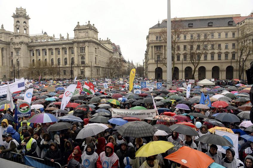Στους δρόμους χιλιάδες εκπαιδευτικοί για τις μεταρρυθμίσεις