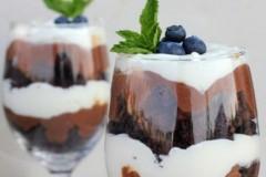 Μους λευκής και μαύρης σοκολάτας με μπράουνις