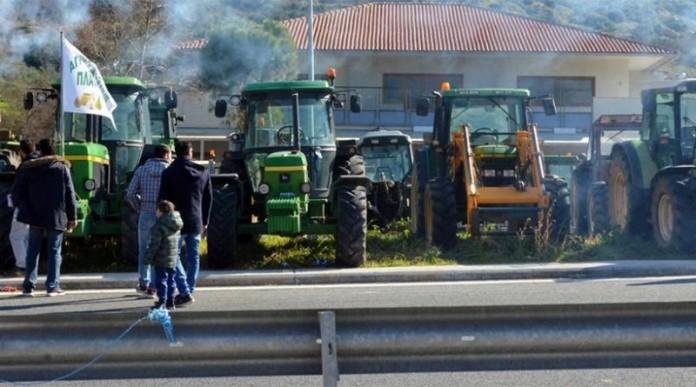 Στα μπλόκα περιμένουν οι αγρότες τη συνάντηση με Τσίπρα