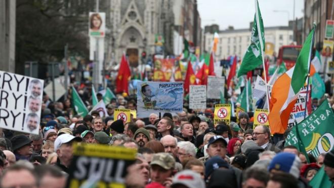 Ιρλανδία -Φορολογία στο νερό και λιτότητα έβγαλαν χιλιάδες στους δρόμους(ΦΩΤΟ)
