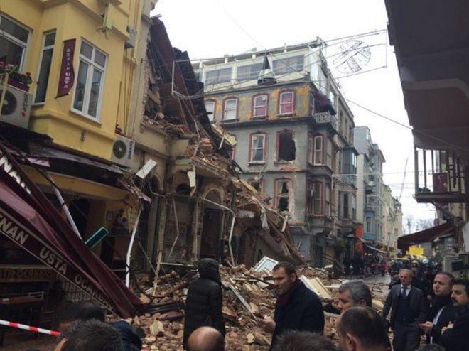 Αναπάντεχη κατάρρευση δύο κτηρίων στο κέντρο της Κωνσταντινούπολης!