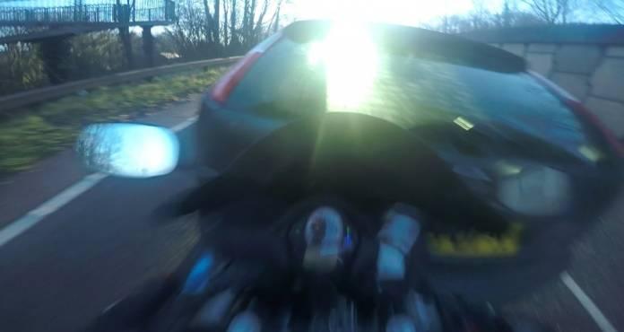 Μοτοσικλετιστής «απογειώθηκε» όταν έπεσε με φόρα πάνω σε αυτοκίνητο! (video)