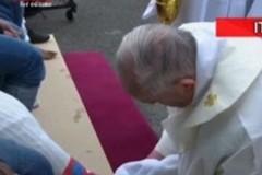 Ο Πάπας έπλυνε τα πόδια 12 μεταναστών ( ΒΙΝΤΕΟ)