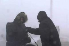 Χιονοθύελλα στον Καναδά πήρε και σήκωσε δύο ρεπόρτερ καιρού! (video)