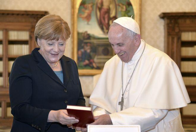 Ο Πάπας βραβεύθηκε από τους Ευρωπαίους ηγέτες και… τους κατέκρινε για το προσφυγικό