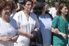 Θεσσαλονίκη: Γιατροί – νοσοκομειακοί «αλυσοδέθηκαν» για τα δυσβάσταχτα μέτρα