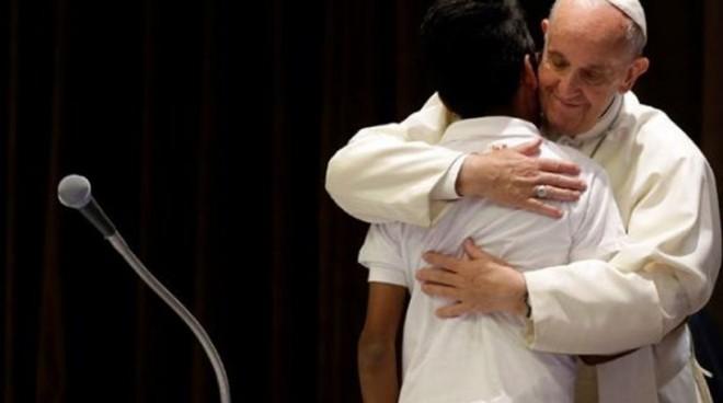 Ο πάπας Φραγκίσκος υποδέχθηκε ορφανά που έχασαν τους γονείς τους σε ναυάγια