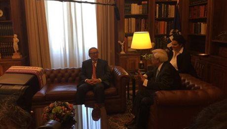«Η Ελλάδα βρίσκεται στο σωστό δρόμο» είπε ο Γιούνκερ στον Παυλόπουλο