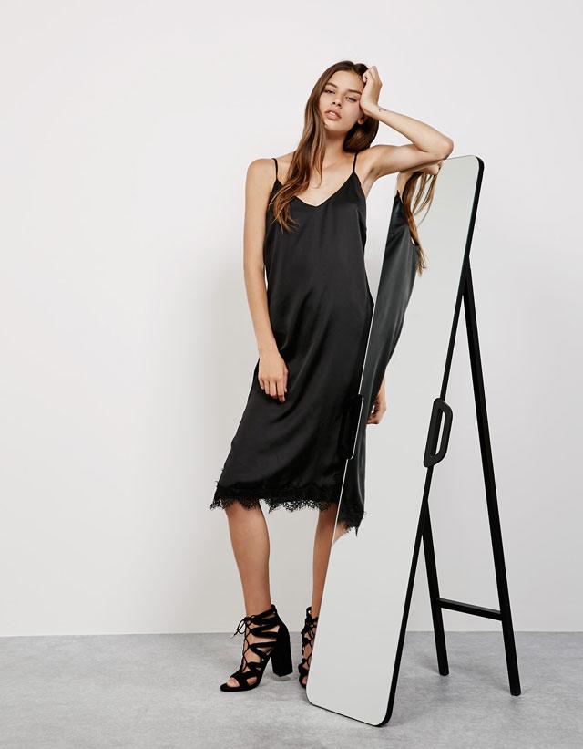 90ba360d8aa4 Μια απαραίτητη επιλογή για την καλοκαιρινή γκαρνταρόμπα  Τα πιο κομψά μαύρα  φορέματα των Bershka σε