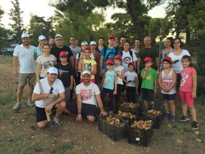 Η ομάδα εθελοντών της Mercedes-Benz στον δημοτικό λαχανόκηπο Αρτέμιδας