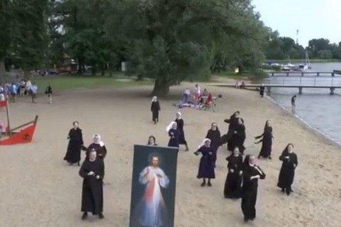 Μοναχές προσκαλούν νέους σε χριστιανική εκδήλωση… χορεύοντας! (video)