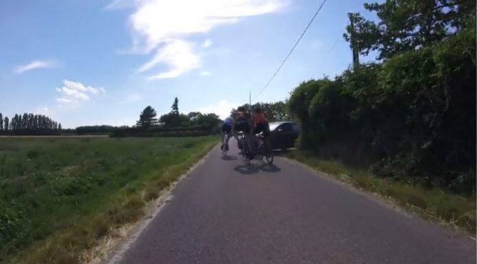 Aυτοκίνητο βγήκε σε πορεία ποδηλατών και παρέσυρε τρεις αθλητές! (video)